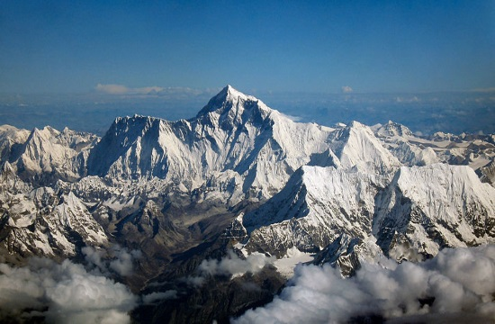 Climbing Tourism: Female expedition to plant Greek flag on Mount Everest