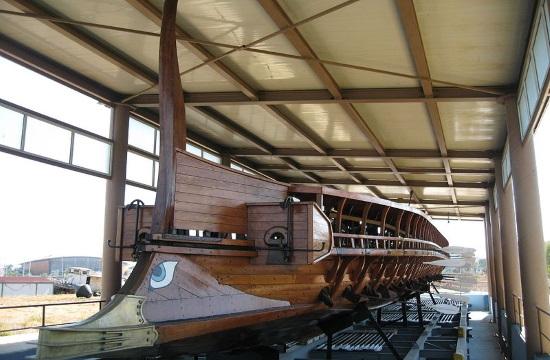 "Modern day ""Viking"" boards Ancient Greek Trireme warship in Athens (video)"