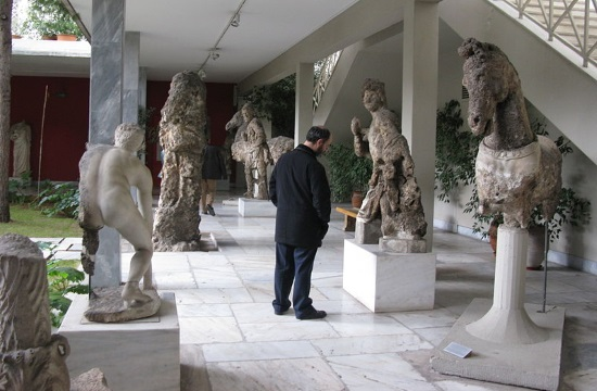 Greek Culture Minister meets with protesting museum guards