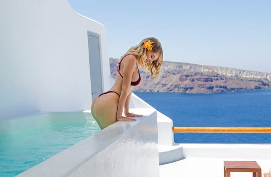 Sexy US playmate Sara Underwood advertises Santorini island in Greece