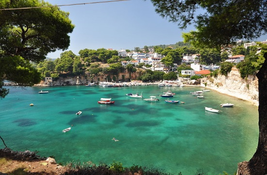 Bulgarian tourist taken to Volos hospital after she was bitten by a seal off island of Alonissos