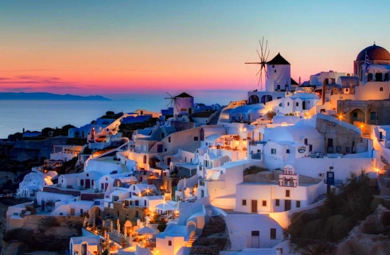How did Greek tourism succeed in 2015 despite financial and refugee crises
