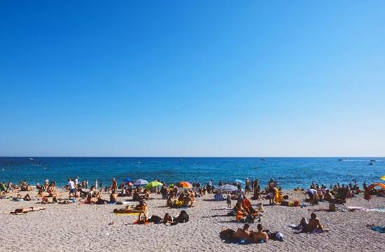 First heat wave of summer season sends Greeks flocking to beaches
