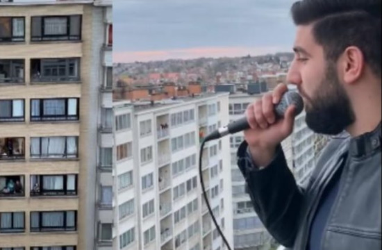 Belgium resident sings Greek song from his balcony and video goes viral