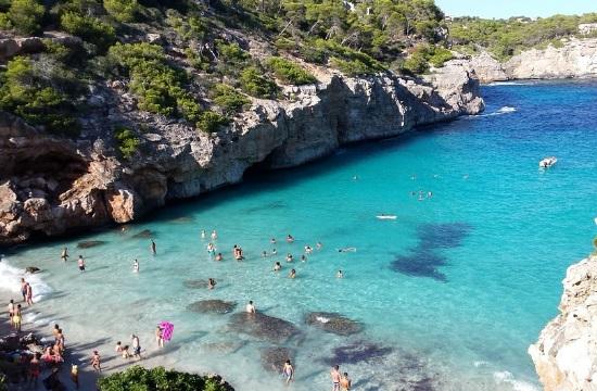 Ευρωπαϊκή Επιτροπή: Δύο νέες ρυθμίσεις που θα φέρουν τουρίστες από τις ΗΠΑ και το Ηνωμένο Βασίλειο