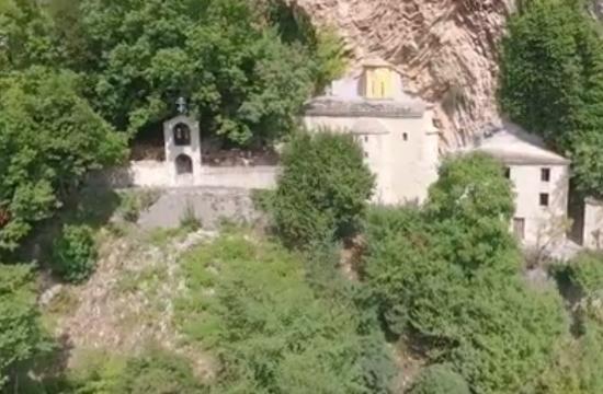 Η Παναγία Στάνα που είναι χτισμένη μέσα στα γρανιτένια βράχια