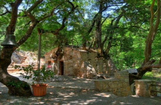 Η εκκλησία της Αγίας Θεοδώρας με τα 17 δέντρα στη στέγη της