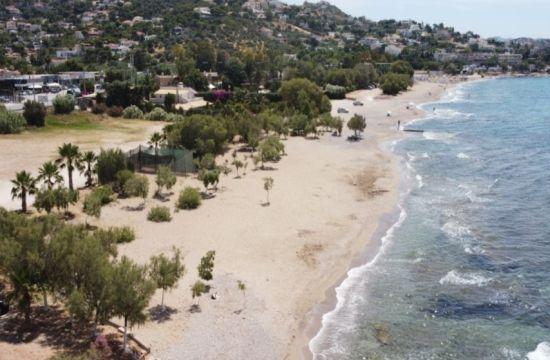 Η παραλία στην Αττική με τα δέντρα που συνήθως δεν έχει κόσμο