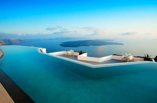 Grace Santorini: Η αγαπημένη πισίνα του διεθνούς τύπου