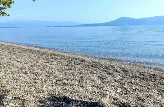 Παραλία Αγκώνα: Η βοτσαλωτή και καθαρή παραλία της Αττικής