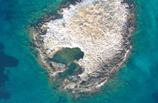 Το μαγευτικό νησάκι της Αττικής που πας κολυμπώντας
