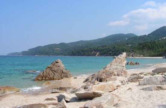 Το παραθαλάσσιο ελληνικό χωριουδάκι με τις εξωτικές παραλίες