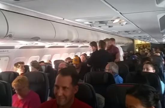 Πανικός σε πτήση της American Airlines- Επιβάτης προσπάθησε να ανοίξει την πόρτα