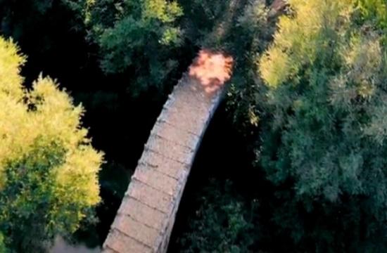 Το ελληνικό πέτρινο γεφύρι με το εντυπωσιακό αρχιτεκτονικό στοιχείο