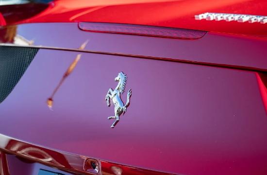 «Απόβαση» κόκκινων Ferrari στο λιμάνι του Πειραιά