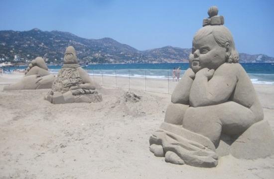 Γλυπτά στην άμμο στην παραλία της Αμμουδάρας