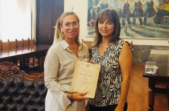 Η Ρόδος τίμησε την κ. Karen Harvey για την προσφορά της στο γαμήλιο τουρισμό στο νησί