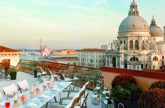 Βενετία: Πρόστιμα στους τουρίστες που κάθονται στους δρόμους
