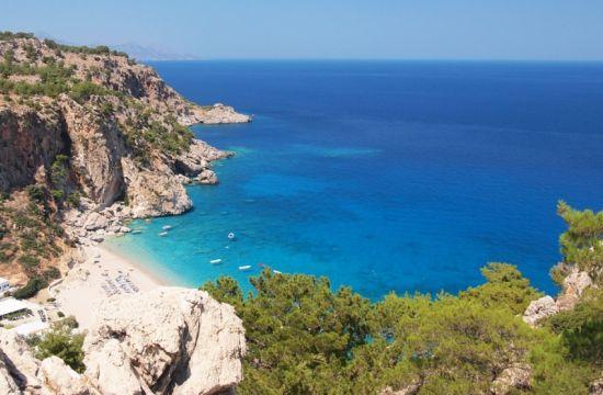 Διακοπές στο ελληνικό νησί με τις 100 παραλίες