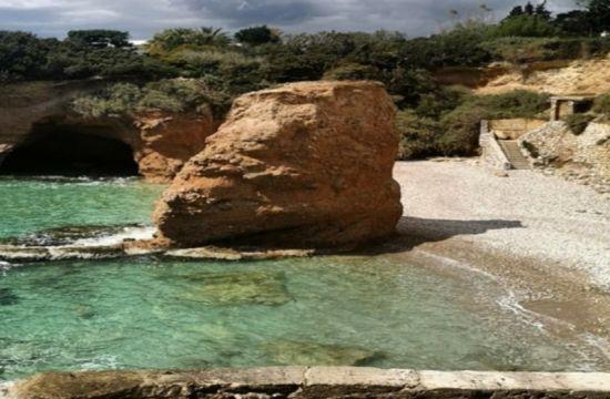 Η κρυφή παραλία της Αττικής που πας… κολυμπώντας