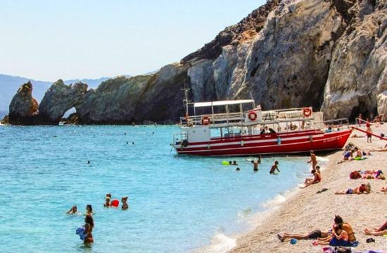 Πρόστιμα στους τουρίστες που παίρνουν βότσαλα από παραλία της Σκιάθου