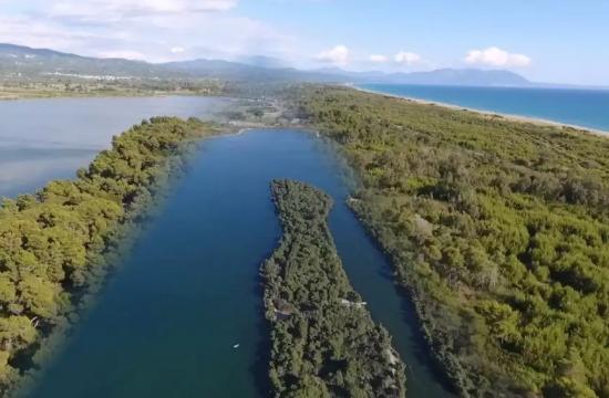 Η ελληνική λίμνη που μοιάζει να ενώνεται με τη θάλασσα!