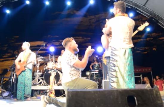 Πρόταση γάμου επί σκηνής στο Matala Beach Festival 2017