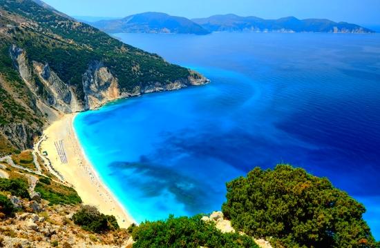 """Τουρισμός: 19 ελληνικές παραλίες χάνουν τη """"Γαλάζια Σημαία"""""""
