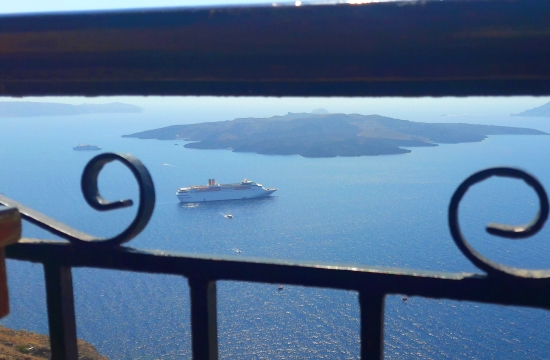 Guardian: «Βουλιάζει»… στον τουρισμό η Σαντορίνη- Σε οριακό σημείο οι υποδομές