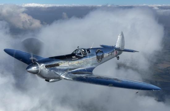 Ο περίπλους της γης με το εμβληματικό αναπαλαιωμένο αεροσκάφος Silver Spitfire (βίντεο 360 μοιρών)