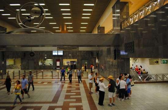 Πότε θα σταματήσουν οι «κατοχικές» ουρές των τουριστών στο μετρό;