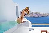 Δείτε πώς η σέξι αμερικανίδα playmate Sara Underwood διαφημίζει τη Σαντορίνη
