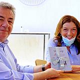 """Συνάντηση Αρναουτάκη με τη Βικτόρια Χίσλοπ στα γυρίσματα της νέας σειράς μυθοπλασίας της ΕΡΤ """"Καρτ ποστάλ"""""""