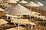 Η μαγευτική παραλία και το νησάκι που πας κολυμπώντας στην Αττική