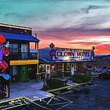 Clown Motel: Ένας παράξενος χώρος φιλοξενίας που αντέχει στο χρόνο