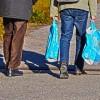 Το τέλος της πλαστικής σακούλας αποδίδεται με τσάντες και καρότσια σε Δήμους