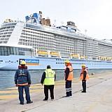 To πολυτελέστερο κρουαζιερόπλοιο του κόσμου στο λιμάνι του Πειραιά