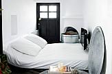 fromthepoolside.com: Προσιτή πολυτέλεια στο Skyros suites, με καναπέδες Chesterfield και λονδρέζικη διακόσμηση
