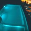 Ένα καλοκαίρι στην Ελλάδα: Βουτιές στην πισίνα με θέα την πλατεία Συντάγματος - περιηγήσεις σε Σαντορίνη & Κρήτη