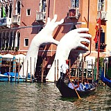 Τεράστιο κύμα προκάλεσε εκτεταμένες πλημμύρες στη Βενετία
